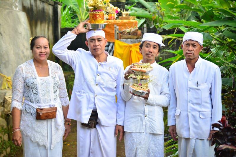 Padre do ` s do Balinese na roupa branca fotos de stock