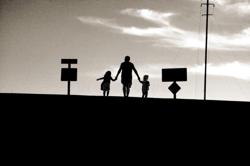 Padre e bambini al tramonto fotografie stock