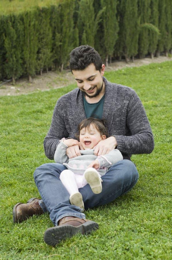 Padre e bambino in giardino immagine stock libera da diritti