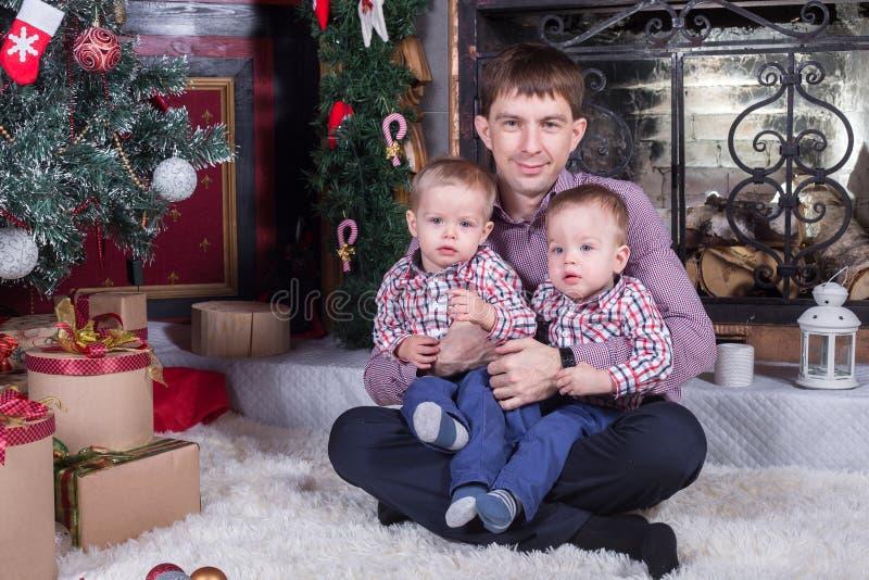 Padre e due piccoli figli fotografia stock