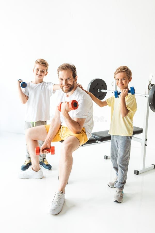 padre e figli che si esercitano con le teste di legno fotografie stock libere da diritti
