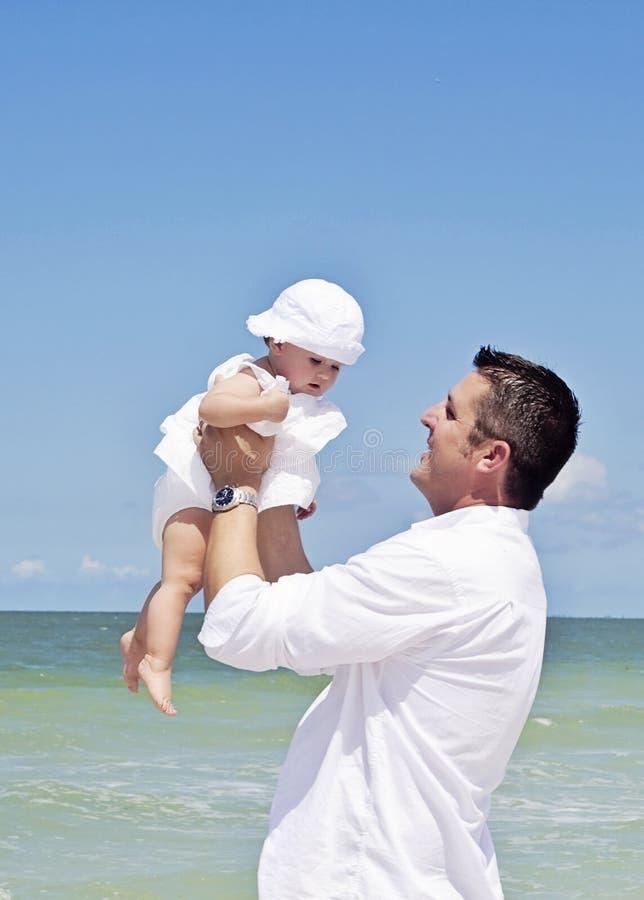 Padre e figlia alla spiaggia fotografie stock libere da diritti