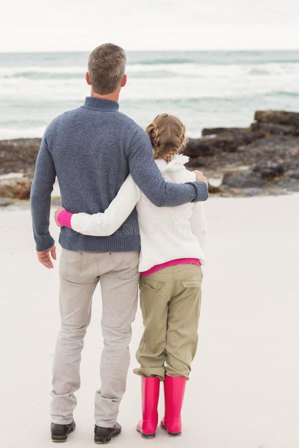 Padre e figlia che esaminano il mare fotografia stock