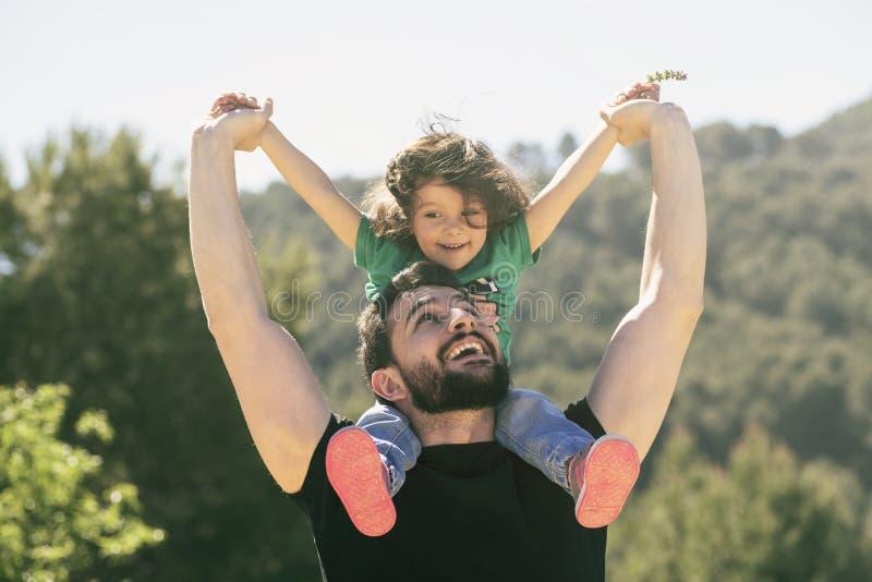Padre e figlia che giocano all'aperto alla luce di giorno fotografia stock libera da diritti
