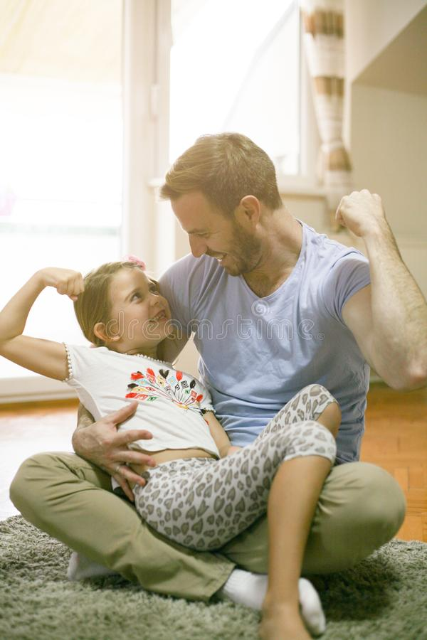 Padre e figlia che giocano a casa fotografie stock libere da diritti