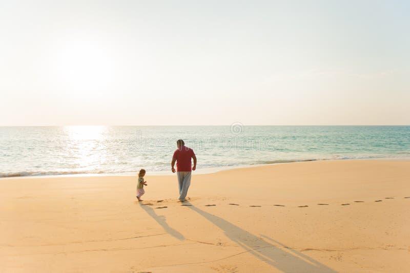 Padre e figlia che giocano insieme alla spiaggia immagini stock libere da diritti