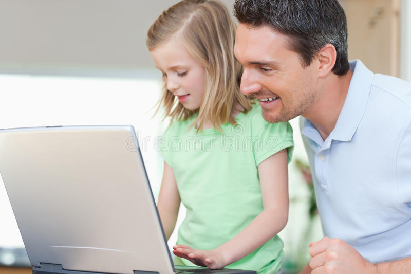 Padre e figlia con il taccuino fotografia stock libera da diritti