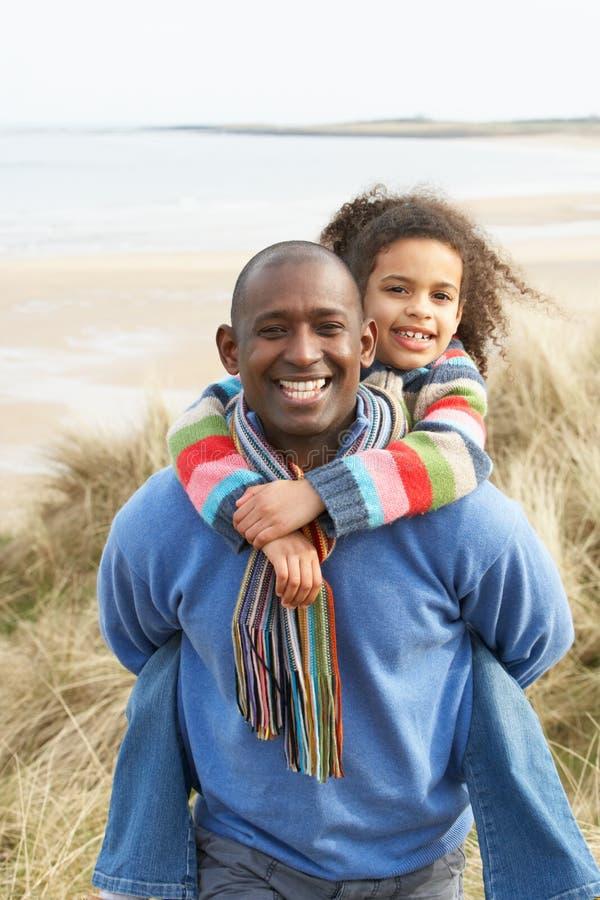 Padre e figlia fra le dune sulla spiaggia di inverno fotografia stock