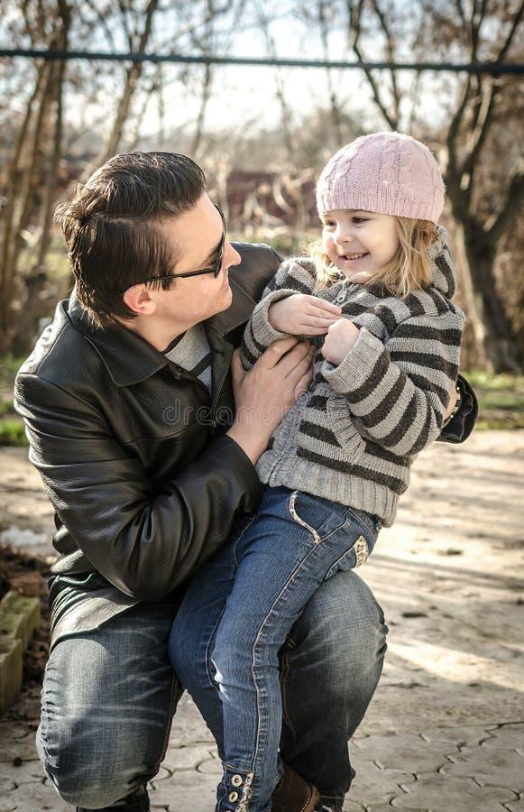 Padre e figlia nel giardino di autunno fotografia stock libera da diritti