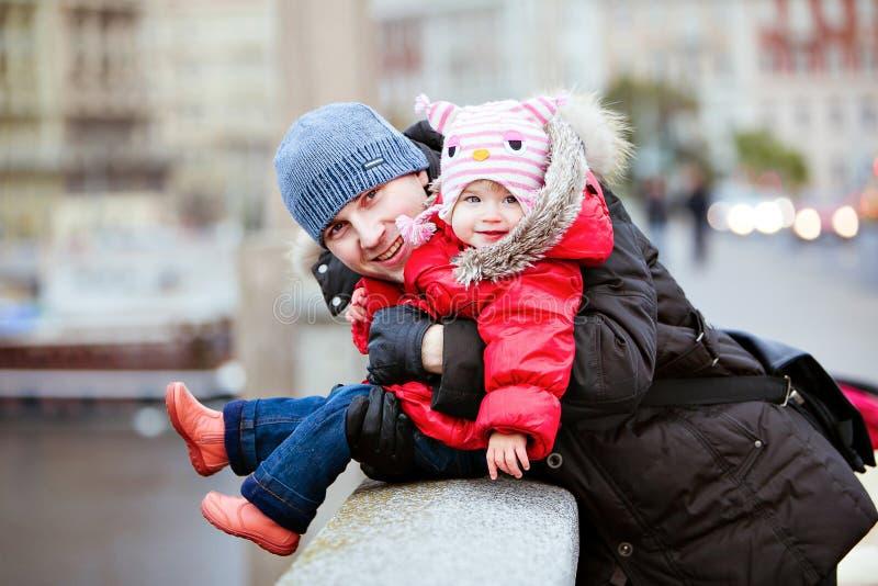 Padre e figlia sorridenti felici nei precedenti del ligh della città fotografia stock libera da diritti