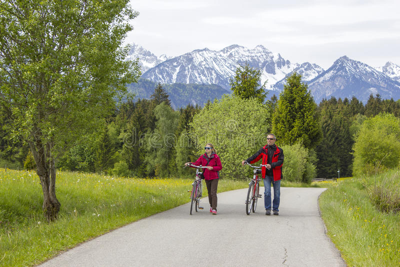 Padre e figlia su un viaggio alle alpi immagini stock