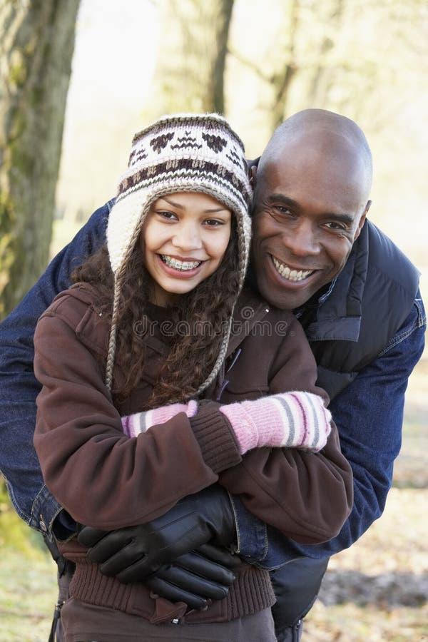 Padre e figlia sulla camminata di autunno fotografia stock libera da diritti