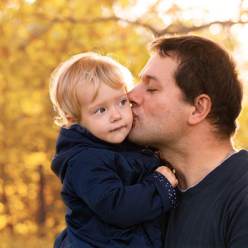 Padre e figlia in vestiti blu nella foresta gialla di autunno fotografia stock libera da diritti
