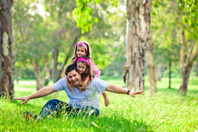 Padre e figlie sul picnic immagine stock