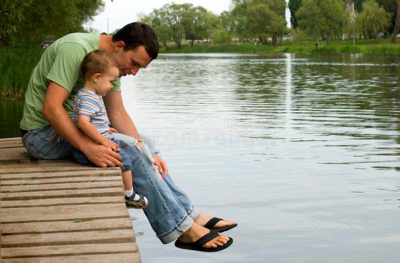 Padre e figlio al fiume fotografia stock