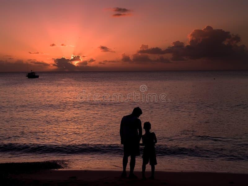 Padre e figlio al tramonto immagini stock