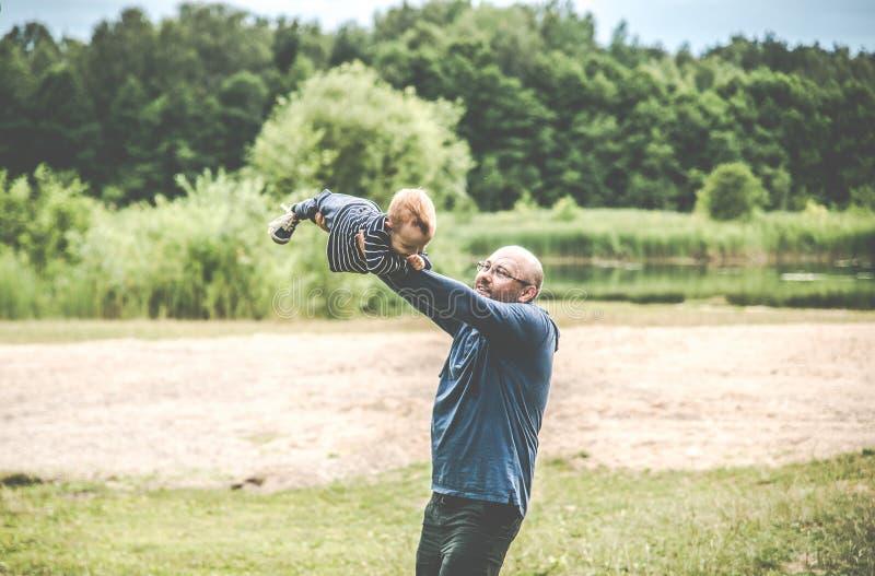 Padre e figlio all'aperto fotografia stock libera da diritti