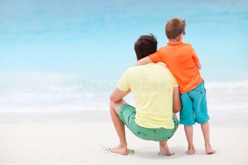 Padre e figlio alla spiaggia immagine stock