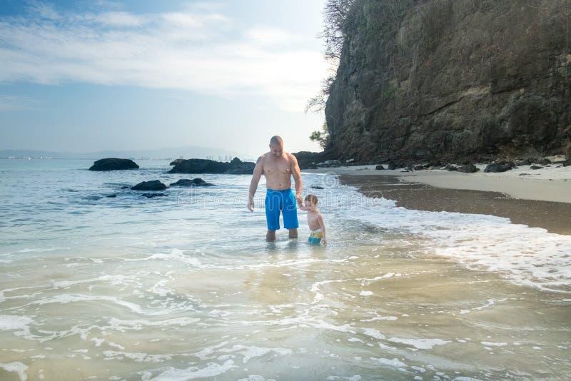 Padre e figlio alla spiaggia di Punta Negra fotografia stock libera da diritti