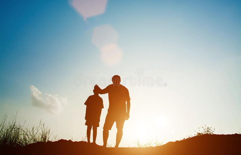 Padre e figlio che cercano futuro, concetto della siluetta fotografie stock libere da diritti
