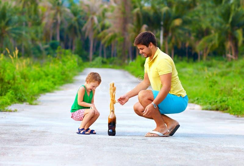 Padre e figlio che fanno esperimento chimico, istruzione divertente fotografia stock