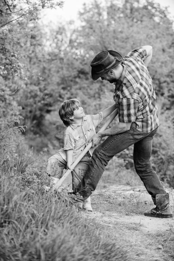 padre e figlio che piantano albero genealogico suolo naturale ricco Azienda agricola di Eco ranch padre di aiuto del bambino del  immagini stock