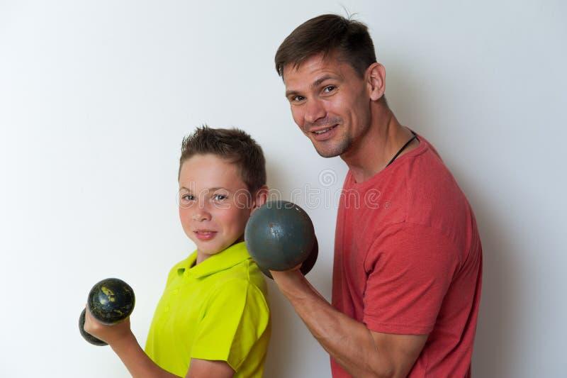 Padre e figlio che risolvono con le teste di legno immagini stock libere da diritti