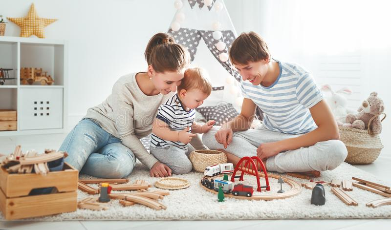 Padre e figlio della madre della famiglia che giocano insieme nel ` s pl dei bambini fotografia stock