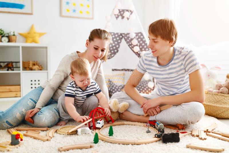 Padre e figlio della madre della famiglia che giocano insieme nel ` s pl dei bambini immagine stock libera da diritti