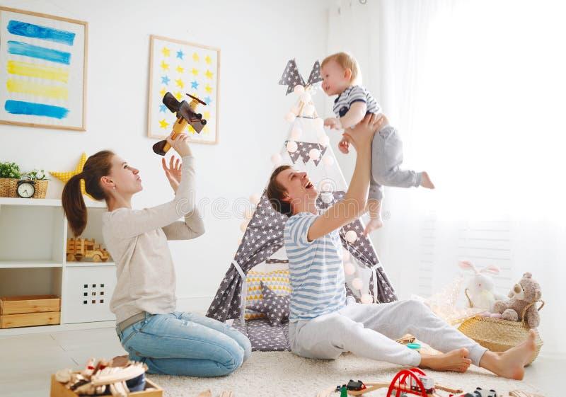 Padre e figlio della madre della famiglia che giocano insieme nel ` s pl dei bambini fotografie stock