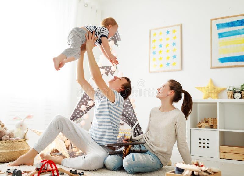 Padre e figlio della madre della famiglia che giocano insieme nel ` s pl dei bambini fotografia stock libera da diritti