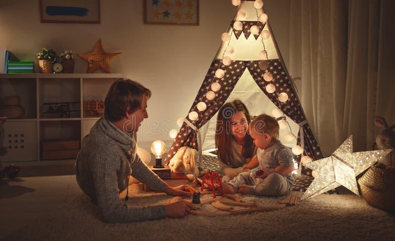 Padre e figlio della madre della famiglia che giocano insieme nel ` s pl dei bambini fotografie stock libere da diritti
