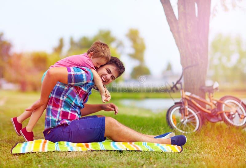 Padre e figlio divertendosi nel parco della città fotografia stock libera da diritti