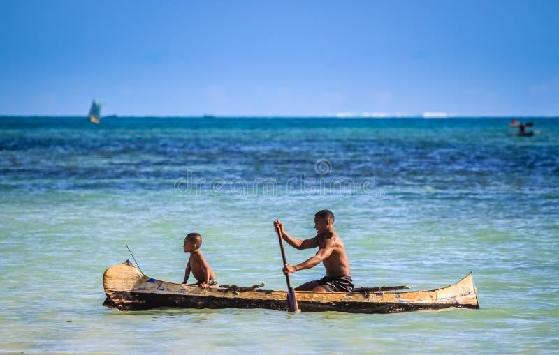 Padre e figlio in mare fotografie stock libere da diritti