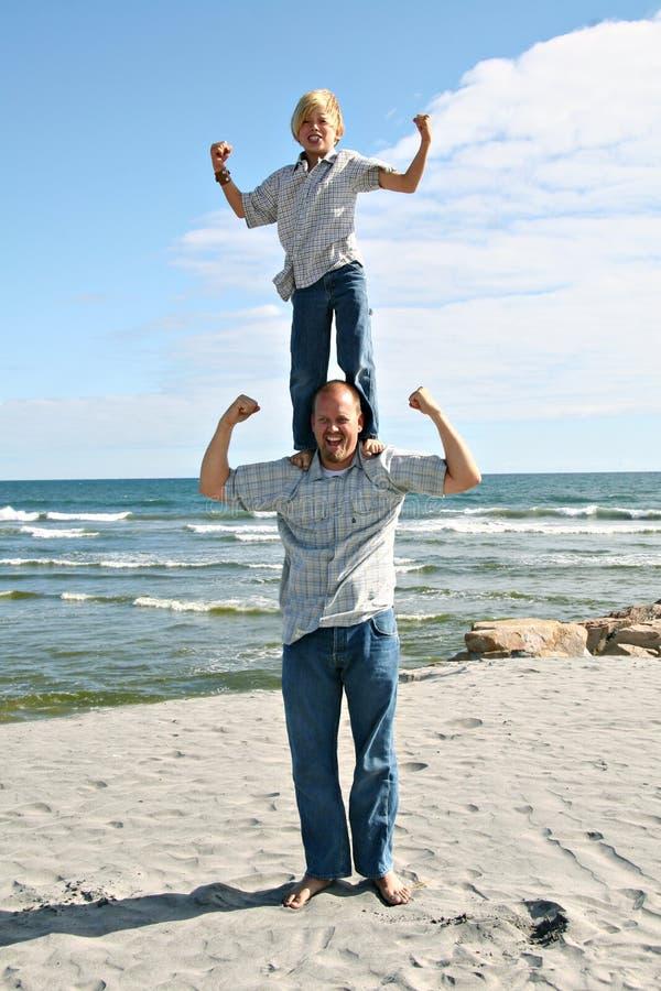 Padre e figlio sulla spiaggia fotografia stock libera da diritti