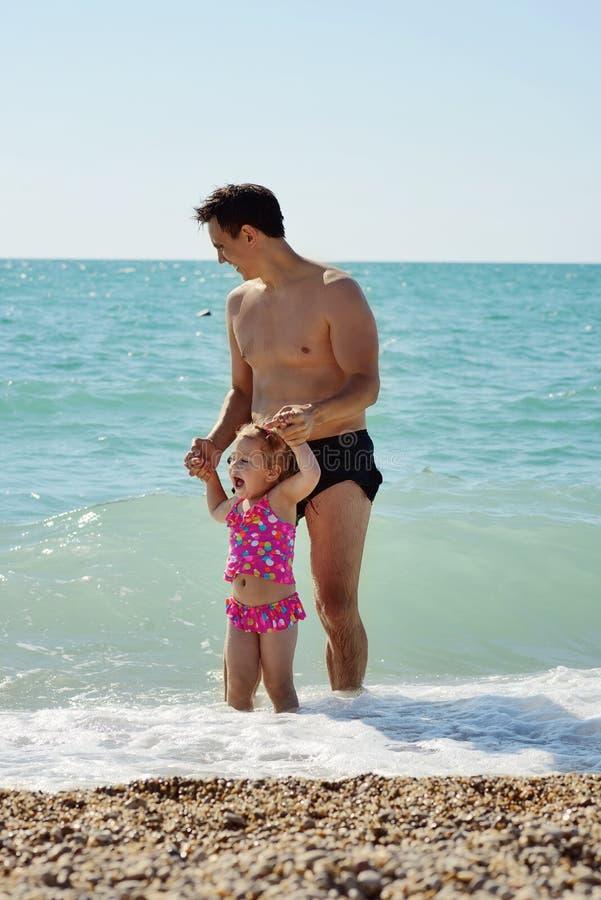 Padre e hija en el mar imagen de archivo
