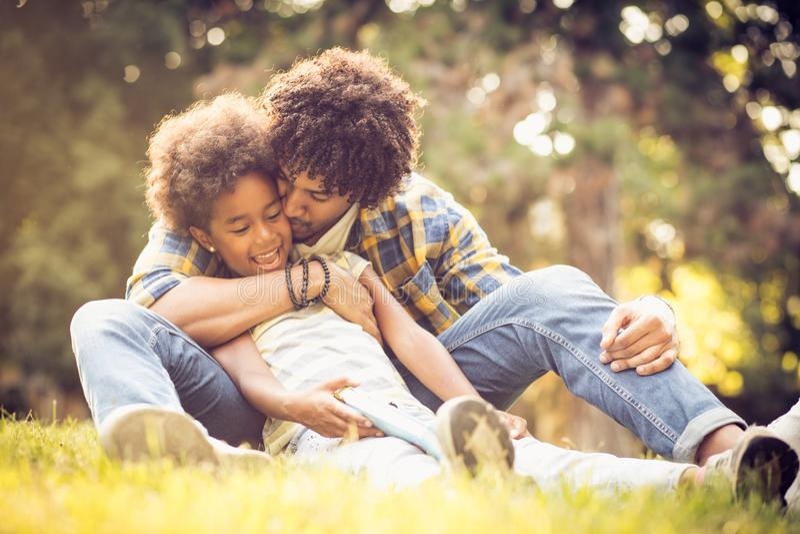 Padre e hija en hierba fotografía de archivo libre de regalías