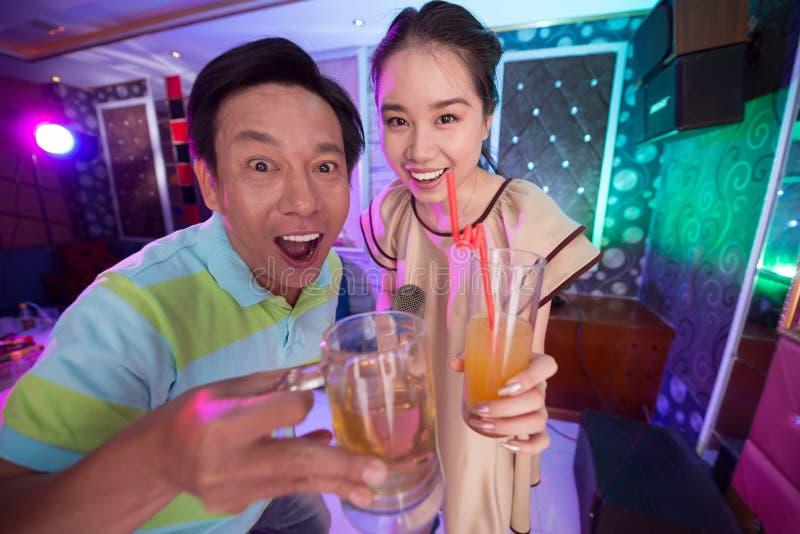 Padre e hija en Karaoke foto de archivo libre de regalías