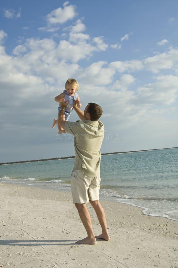 Padre e hija en la playa imagen de archivo libre de regalías