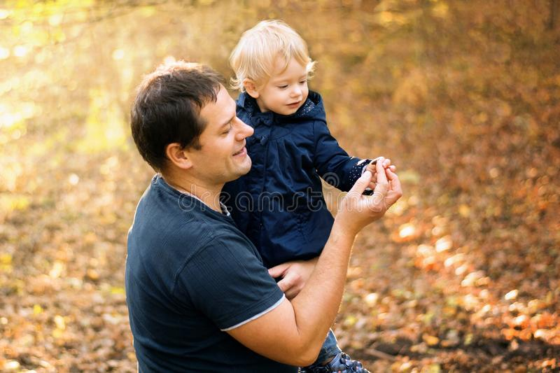 Padre e hija en ropa azul en bosque amarillo del otoño fotos de archivo