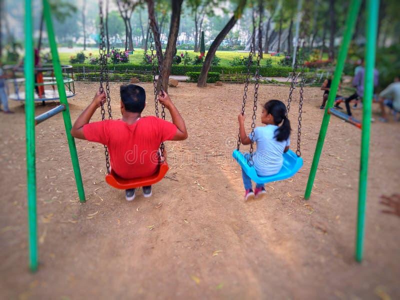Padre e hija que gozan y que se relajan imagenes de archivo