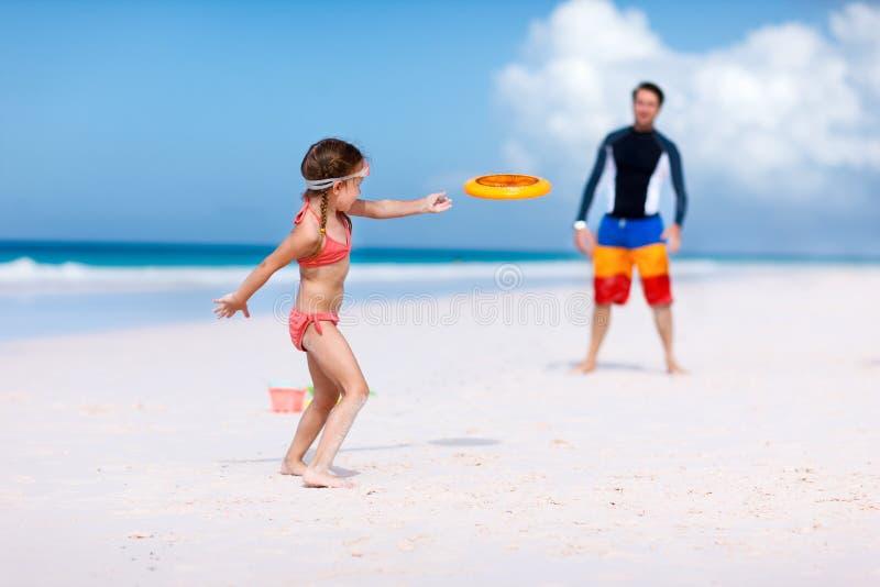 Padre e hija que juegan con el disco del vuelo imágenes de archivo libres de regalías