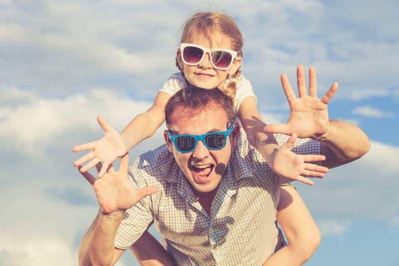 Padre e hija que juegan en el parque en el tiempo del día imágenes de archivo libres de regalías