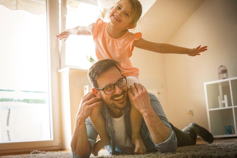 Padre e hija que pasan tiempo en casa foto de archivo