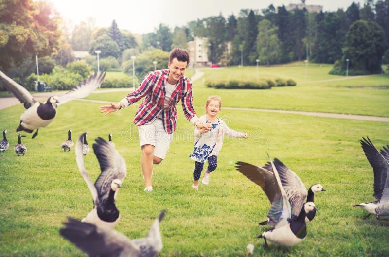 Padre e hija que se divierten en día de verano fotos de archivo