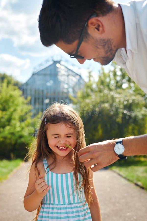 Padre e hija que se divierten Papá feliz que juega con el niño imagen de archivo