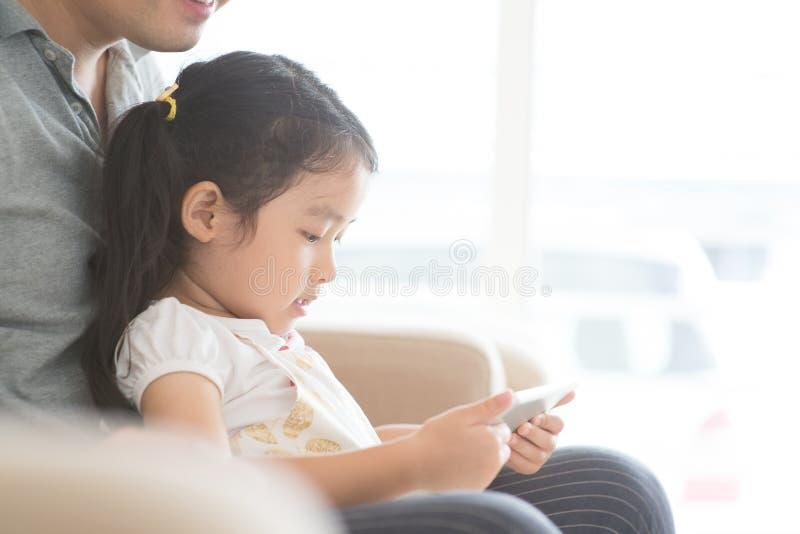 Padre e hija que usa la PC de la tableta fotos de archivo