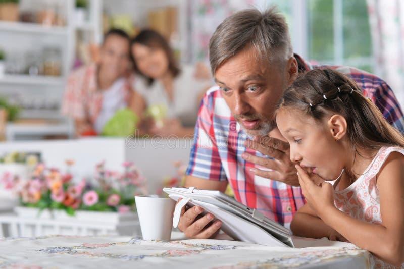 Padre e hija que usa la tableta imagen de archivo