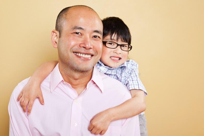 Padre e hijo asiáticos foto de archivo