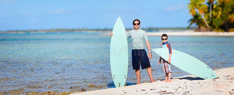Padre e hijo con las tablas hawaianas fotos de archivo